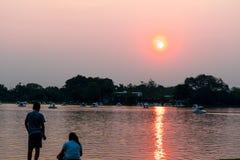 La puesta del sol es oscuridad ligera hoy imagen de archivo
