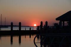 La puesta del sol es solamente momentos lejos de la caída debajo de la opinión del horizonte Fotografía de archivo libre de regalías