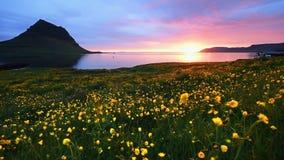 La puesta del sol fantástica en Islandia, una montaña de la agudo-montaña y un cielo rosado hacen una imagen increíble