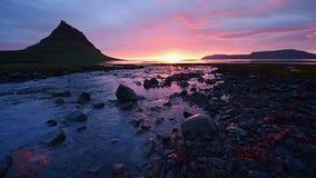 La puesta del sol fantástica en Islandia, una montaña de la agudo-montaña y un cielo rosado hacen una imagen increíble almacen de video