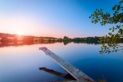 La puesta del sol hermosa del cielo en el agua Imágenes de archivo libres de regalías