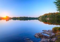 La puesta del sol hermosa del cielo en el agua Imagenes de archivo
