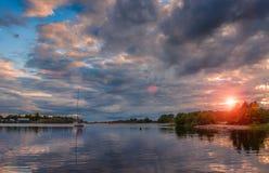 La puesta del sol hermosa del cielo en el agua Imagen de archivo