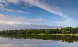 La puesta del sol hermosa del cielo en el lago, Finlandia Fotos de archivo libres de regalías