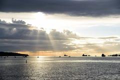 La puesta del sol hermosa en la bahía inglesa Vancouver imagenes de archivo