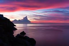 La puesta del sol hermosa en la KOH Tao, Tailandia imagenes de archivo