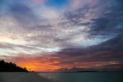 La puesta del sol hermosa en las islas en el Océano Índico Fotos de archivo