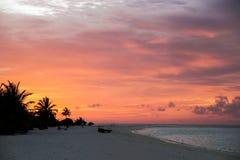 La puesta del sol hermosa en las islas en el Océano Índico Foto de archivo