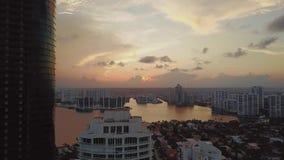 La puesta del sol hermosa en las islas soleadas vara cerca de Océano Atlántico con las casas residental y los centros de negocio  almacen de metraje de vídeo