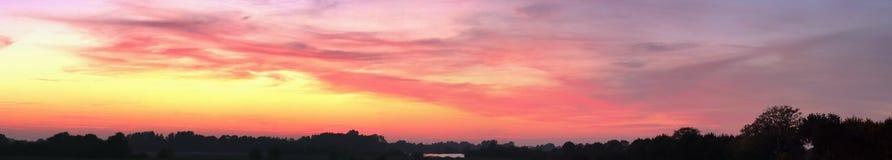 La puesta del sol hermosa se nubla panorama en la alta resolución fotografía de archivo