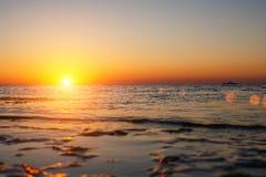 La puesta del sol hermosa sobre el mar el sol pasa el horizonte Foto de archivo libre de regalías