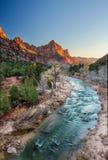 La puesta del sol icónica de la escena del vigilante, Zion National Park, Utah Foto de archivo