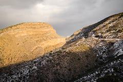 La puesta del sol, imagen del paisaje de montañas y en New México sacó el polvo con nieve foto de archivo libre de regalías