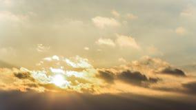 La puesta del sol, invierno del cielo de la puesta del sol, sol se nubla Foto de archivo