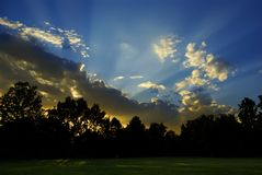 La puesta del sol irradia a casa A Imágenes de archivo libres de regalías