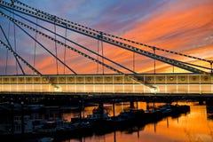 La puesta del sol mágica envía el sueño de Chelsea Bridge Imagen de archivo libre de regalías