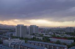 La puesta del sol mágica se nubla sobre la ciudad de Pekín de China Imagenes de archivo
