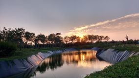 La puesta del sol mediados de-pasada del día Foto de archivo libre de regalías