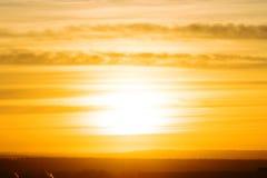 La puesta del sol o la salida del sol El cielo nublado cloured en coloures brillantes rojos, de la naranja, de la rosa, del escar fotos de archivo libres de regalías