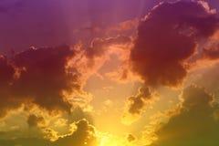 La puesta del sol o la salida del sol viva maravillosa se nubla en el cielo para usar en diseño como fondo imagenes de archivo