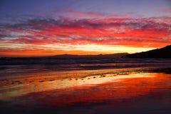 La puesta del sol oscila el casquillo Salou España, mar Mediterráneo Fotos de archivo