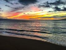 La puesta del sol pinta el cielo anaranjado y amarillo foto de archivo