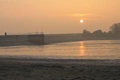 La puesta del sol por el depósito Fotos de archivo libres de regalías
