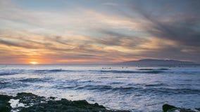 La puesta del sol que practica surf en Tenerife practica surf el La Izquierda del punto metrajes