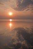 La puesta del sol refleja en el agua tranquila de la presa de Ubonrat Fotos de archivo