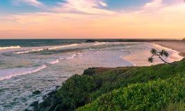La puesta del sol rosada en tiempo de verano en la playa en Ballina, Australia Imagen de archivo
