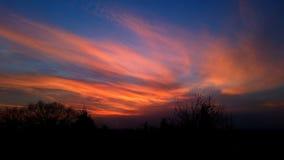 La puesta del sol se nubla el cielo rojo foto de archivo libre de regalías