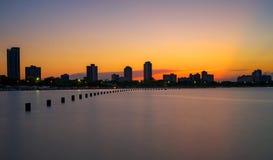 La puesta del sol sobre Chicago vio de la playa del norte de la avenida fotos de archivo