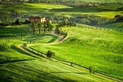 La puesta del sol sobre el cortijo en Toscana localizó en una colina Imagenes de archivo