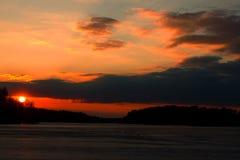 La puesta del sol sobre el lago Imágenes de archivo libres de regalías