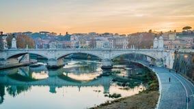 La puesta del sol sobre el río de Tíber en Roma en el invierno, enfoca adentro almacen de video