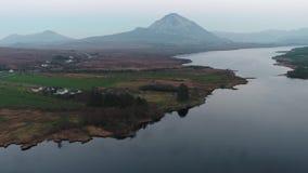 La puesta del sol sobre el soporte errigal y el lago Nacung bajan, condado Donegal - Irlanda almacen de metraje de vídeo