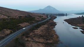La puesta del sol sobre el soporte errigal y el lago Nacung bajan, condado Donegal - Irlanda metrajes