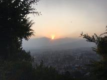 La puesta del sol sobre Katmandu en el valle de Katmandú rodeó por las montañas en Nepal Imagen de archivo libre de regalías