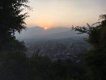 La puesta del sol sobre Katmandu en el valle de Katmandú rodeó por las montañas en Nepal Fotografía de archivo
