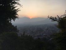 La puesta del sol sobre Katmandu en el valle de Katmandú rodeó por las montañas en Nepal Imagen de archivo