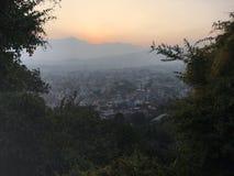 La puesta del sol sobre Katmandu en el valle de Katmandú rodeó por las montañas en Nepal Imágenes de archivo libres de regalías