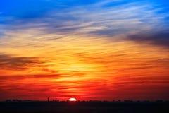 La puesta del sol sobre la ciudad Foto de archivo