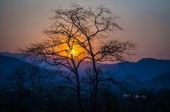 La puesta del sol sobre las montañas Fotos de archivo