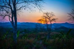 La puesta del sol sobre las montañas Imagen de archivo