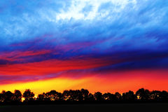 La puesta del sol viva colorea el campo Imagenes de archivo