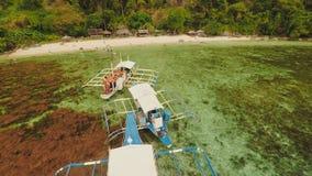 La puesta del sol y Atwayan de la visión aérea varan con las rocas y los barcos Viaje que viaja en Asia: Palawan, Filipinas metrajes