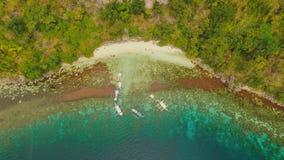 La puesta del sol y Atwayan de la visión aérea varan con las rocas Viaje que viaja en Asia: Palawan, Filipinas metrajes