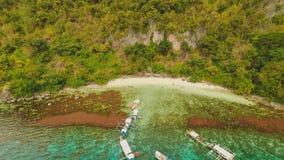 La puesta del sol y Atwayan de la visión aérea varan con las rocas Viaje que viaja en Asia: Palawan, Filipinas almacen de video