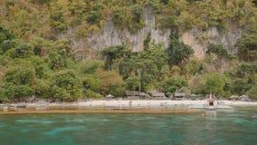 La puesta del sol y Atwayan de la visión aérea varan con las rocas Viaje que viaja en Asia: Palawan, Filipinas almacen de metraje de vídeo