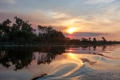 La puesta del sol y el agua salpican en el billabong, Australia imágenes de archivo libres de regalías
